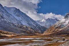 Première neige sur le lac Horizontal coloré d'automne Photographie stock