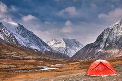 Première neige sur le lac Horizontal coloré d'automne photos libres de droits