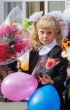 Première niveleuse de fille à la ligne d'école le 1er septembre Image stock