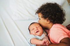 Première rencontre de garçon africain adorable d'enfant en bas âge et de son frère nouveau-né Image stock