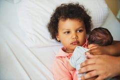 Première rencontre de garçon africain adorable d'enfant en bas âge et de son frère nouveau-né Images stock