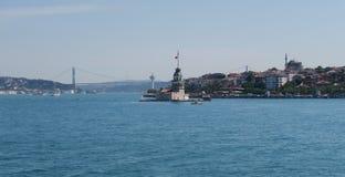 Première tour du ` s - également connue sous le nom de Kizkulesi ou Leandertower - à Istanbul, Turquie avec le pont de Bosphorus Image stock