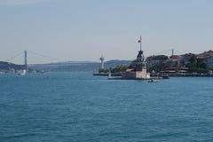Première tour du ` s - également connue sous le nom de Kizkulesi ou Leandertower - à Istanbul, Turquie avec le pont de Bosphorus Photos stock