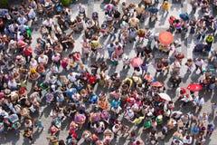 Première vue à une plaza avec les gens de attente Photos stock