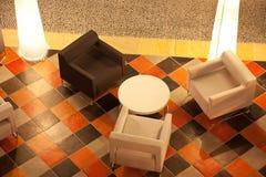 Première vue d'une table dans un bar moderne Photo libre de droits