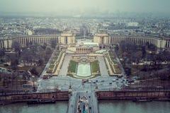 Première vue de cathédrale Notre Dame sur le fleuve Seine et les passerelles Images libres de droits
