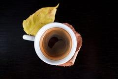 Première vue de cuvette de café avec des lames d'automne. image stock