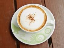 Première vue de cuvette de café sur le fond en bois Image libre de droits