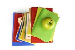 Première vue de la pile de livres avec la pomme verte Photographie stock libre de droits