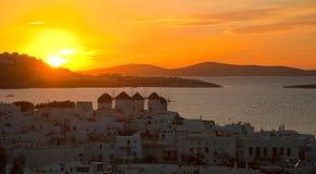 Première vue de la ville de Mykonos au coucher du soleil. La Grèce. Photo libre de droits
