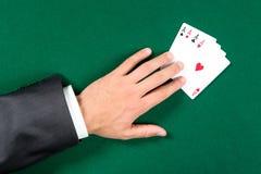 Première vue de main avec des as sur la table Image libre de droits