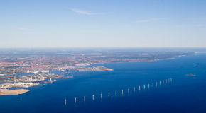 Première vue des turbines de Copenhague et de vent, Danemark Photographie stock libre de droits