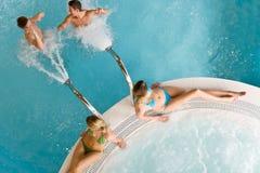 Première vue - les jeunes détendent dans la piscine Photographie stock