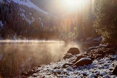 Premières chutes de neige sur le lac Photographie stock