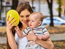 Premières idées d'anniversaire Mère heureuse et ses boyoutdoors de bébé Images stock