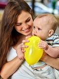 Premières idées d'anniversaire Mère heureuse et ses boyoutdoors de bébé Image libre de droits