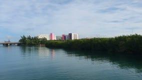 Premi di navigazione lungo la bellissima costa caraibica dell'hotel di Cancun video d archivio