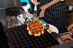 Premi il giro in FoodLoft per presentare il nuovo nemu del dessert fotografia stock libera da diritti
