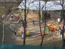Premi?re source Le soleil est brillant Jeu d'enfants dans la cour kindergarten image stock