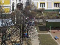 Premi?re source Le soleil est brillant Jeu d'enfants dans la cour kindergarten images stock