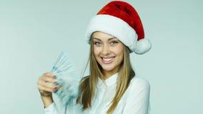 Premia dla nowego roku - dziewczyna rzuca pieniądze zdjęcie wideo