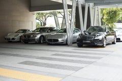 Premia samochody na parking w mieście przy dniem Fotografia Royalty Free