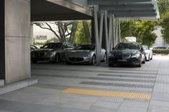 Premia samochody na parking w mieście przy dniem Obraz Royalty Free