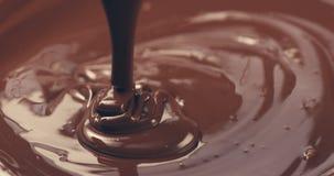 Premie donkere gesmolten chocolade die van gestemde lepelclose-up worden gegoten Royalty-vrije Stock Afbeelding