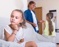 Premier amorousness : fille et couples des enfants à part Images stock