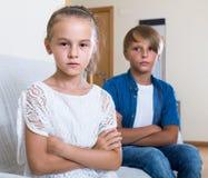 Premier amorousness : fille et couples des enfants à part Images libres de droits