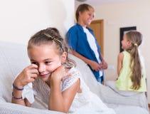 Premier amorousness : fille et couples des enfants à part Photo libre de droits