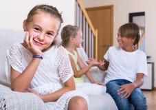 Premier amorousness : fille et couples des enfants à part Photographie stock