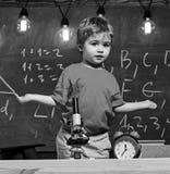 Premier ancien confus avec l'étude, apprenant, éducation Enfant avec l'expression confuse près du microscope École primaire photos libres de droits