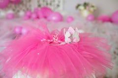 Premier anniversaire Jupe-tutu, couronne, et ballons roses Photo libre de droits