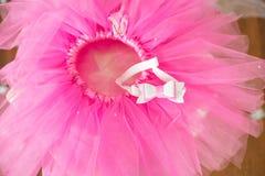 Premier anniversaire Jupe-tutu, couronne, et ballons roses Photos libres de droits