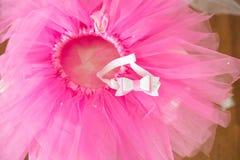 Premier anniversaire Jupe-tutu, couronne, et ballons roses Photographie stock