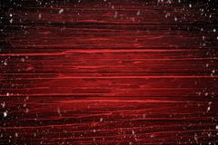 Premier cadre de neige sur le fond en bois rouge de table pendant le Joyeux Noël et la bonne année image libre de droits