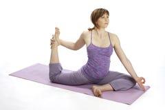 Premier femme enceinte de jeunes faisant le yoga Images libres de droits