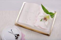 Premier gâteau de sainte communion sur la table Image libre de droits