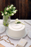 Premier gâteau de sainte communion sur le fond en bois Images libres de droits