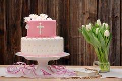Premier gâteau de sainte communion sur le fond en bois Photos libres de droits