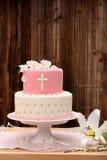 Premier gâteau de sainte communion sur le fond en bois Photos stock