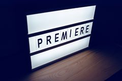 A premier iluminada vintage assina dentro o filme do cinema imagens de stock royalty free