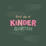 Premier jour du lettrage de vecteur de jardin d'enfants Tableau noir avec l'inscription de craie Photo stock