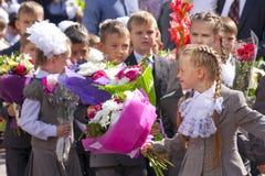Premier-niveleuses d'étudiants d'enfants le premier septembre, Russie Riazan Photographie stock