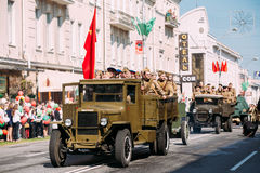 Premier plan du camion ZIS-5V des voitures soviétiques du temps WW2 de défilé Celebratation Victory Day 9 mai Photographie stock libre de droits
