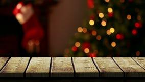 Premier plan en bois avec le fond de Noël de l'arbre et du bas clips vidéos