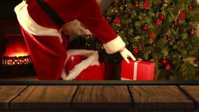 Premier plan en bois avec Santa apportant des cadeaux à l'arbre de Noël banque de vidéos