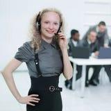 Premier plan une employée de jeune femme d'un centre d'appels Images stock