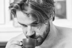 Premier Sip Chaque matin avec du son caf? Tasse de prise d'homme de caf? macho belle barbue Temps de meilleur d'avoir votre tasse image stock